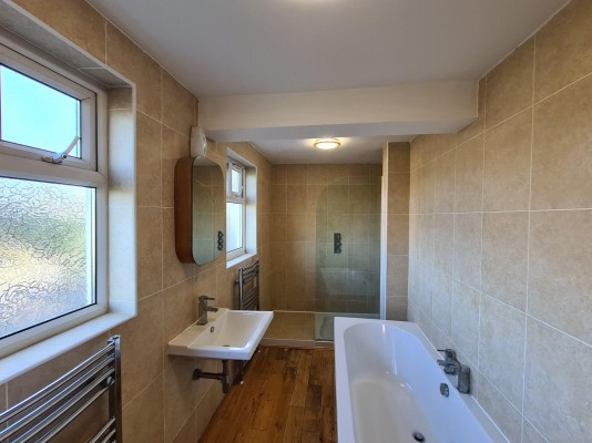4 bed house with plenty of facilities near the Barking Side